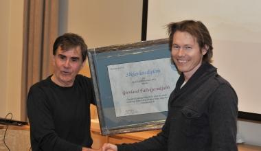 Ståle Øisang mottar diplomet på vegne av GFSK